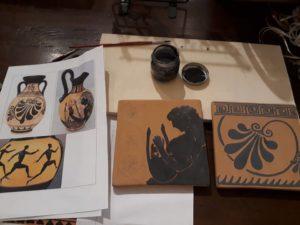 Tavolo in preparazione per la creazione di mattonelle in ceramica con decoro greco