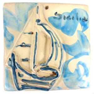 barca a vela su ceramica blu e bianca